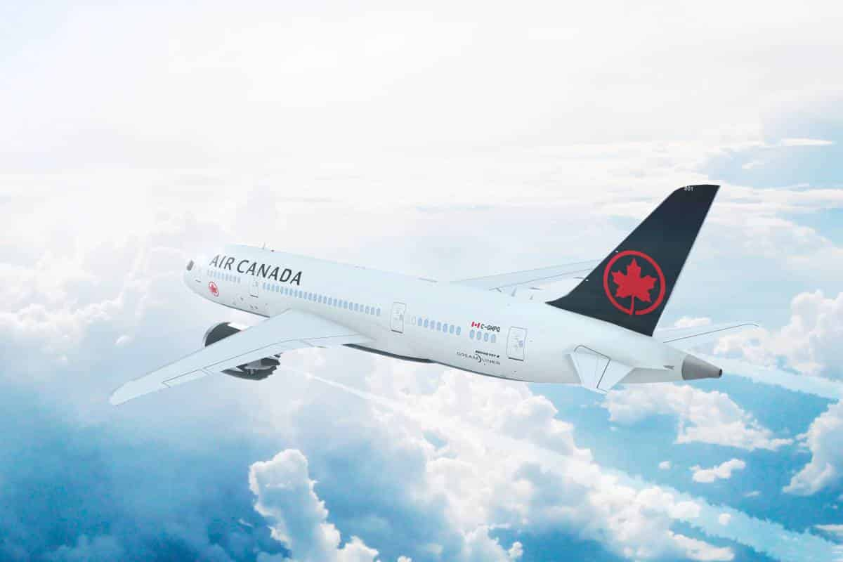 airplane flying in sky _ immigrate to Canada